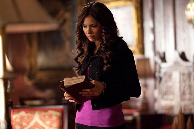 Nina Dobrev con in mano un diario nell'episodio Memory Lane di Vampire Diaries