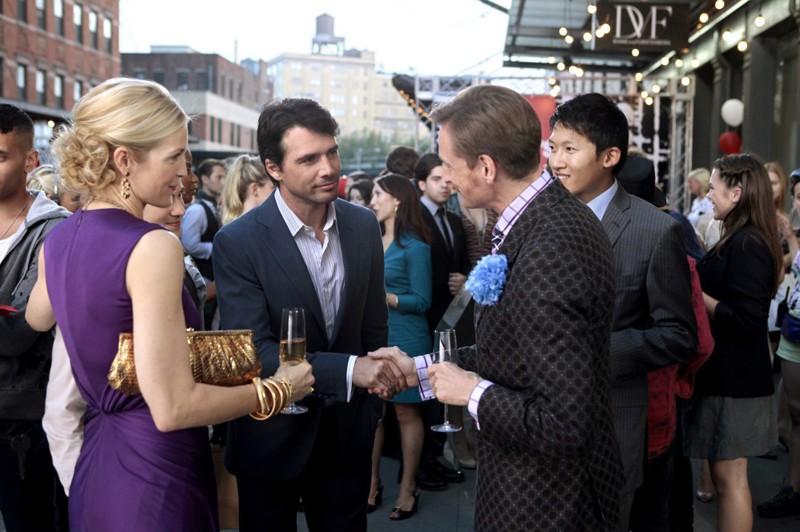 Rufus (Matthew Settle) stringe la mano a Hamish Bowles (se stesso) nell'episodio The Undergraduates di Gossip Girl
