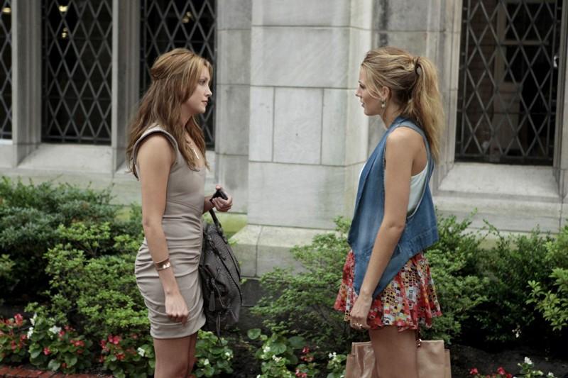 Serena (Blake Lively) discute con Juliet (Katie Cassidy) dell'episodio The Undergraduates di Gossip Girl