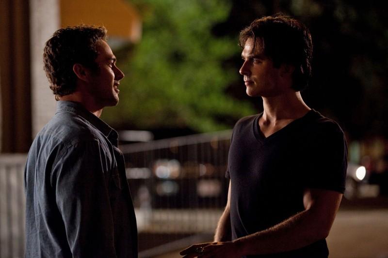 Taylor Kinney e Ian Somerhalder nell'episodio Memory Lane di Vampire Diaries