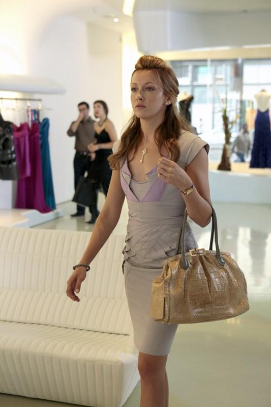 Una elegante Juliet (Katie Cassidy) nell'episodio The Undergraduates di Gossip Girl