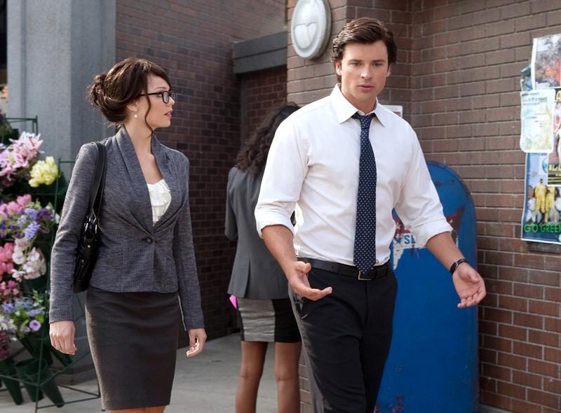 Clark (Tom Welling) parla con Linda Lee Danvers (Laura Vandervoort) nell'episodio Supergirl di Smallville