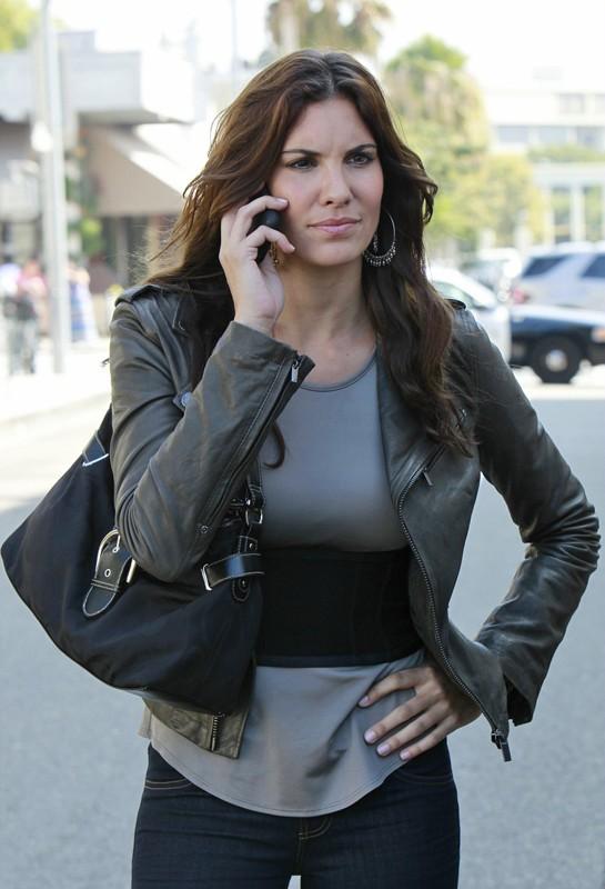 Kensi Blye (Daniela Ruah) al telefono cellulare nell'episodio Special Delivery di NCIS: Los Angeles