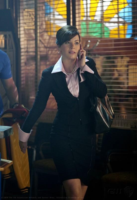 L'elegantissima Lois (Erica Durance) nell'episodio Homecoming di Smallville