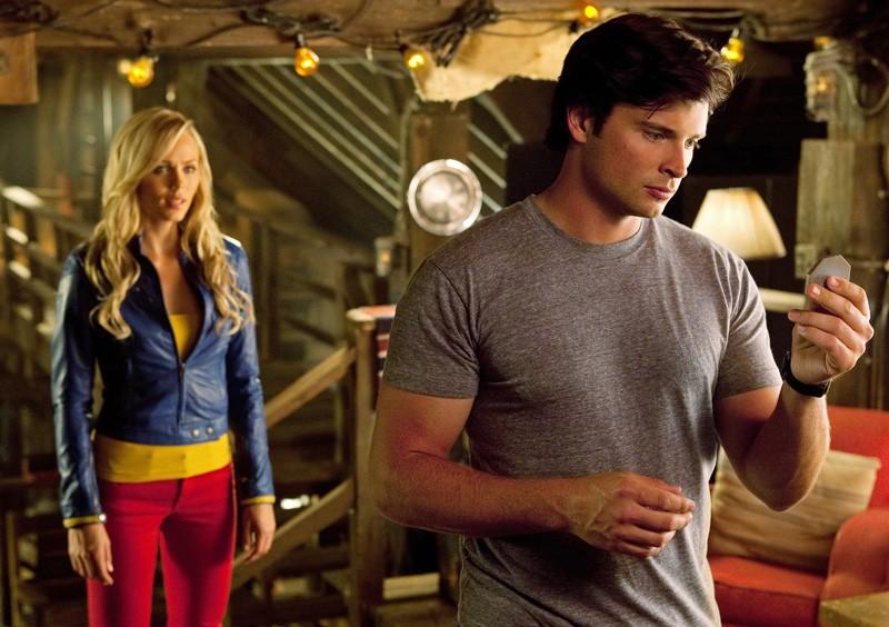 Laura Vandervoort alle spalle di Tom Welling nella puntata Supergirl di Smallville
