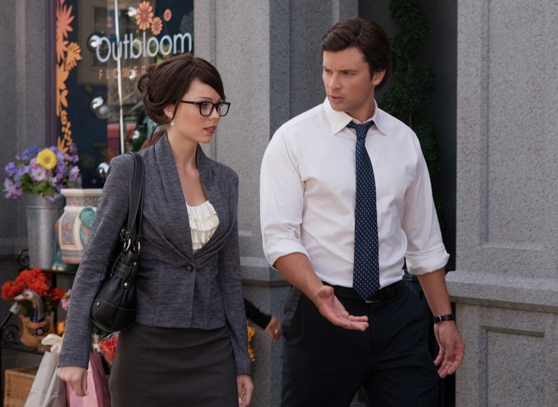 Linda Lee Danvers (Laura Vandervoort) parla con Clark (Tom Welling) nell'episodio Supergirl di Smallville