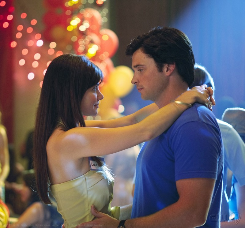Lois (Erica Durance) con le braccia al collo di Clark (Tom Welling) nell'episodio Homecoming di Smallville