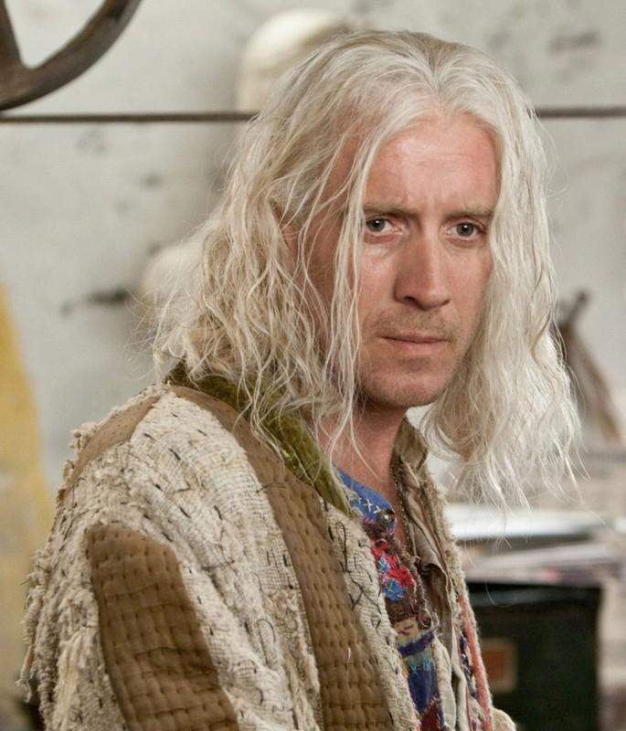Rhys Ifans è Xenophilius Lovegood in una foto promo del film I Doni della Morte - parte 1