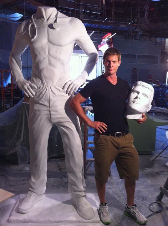 Ryan McPartlin posa con la statua di 'Capitan Fenomeno' sul set di Chuck (postata su Twitter)
