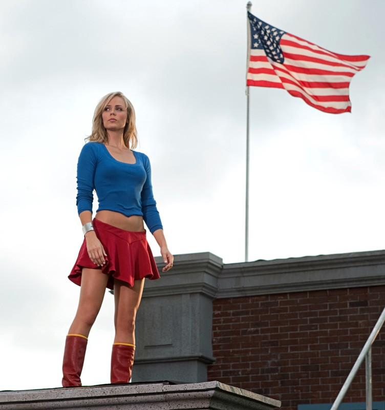 Supergirl (Laura Vandervoort) sotto la sventolante bandiera americana nell'episodio a lei dedicato di Smallville