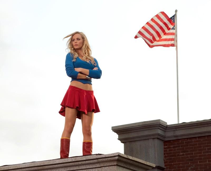 Supergirl (Laura Vandervoort) sui tetti di Metropolis nell'episodio Supergirl di Smallville
