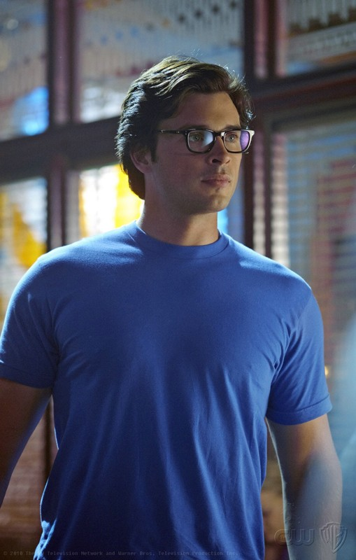 Tom Welling interpreta Clark Kent in una scena dell'episodio Homecoming di Smallville