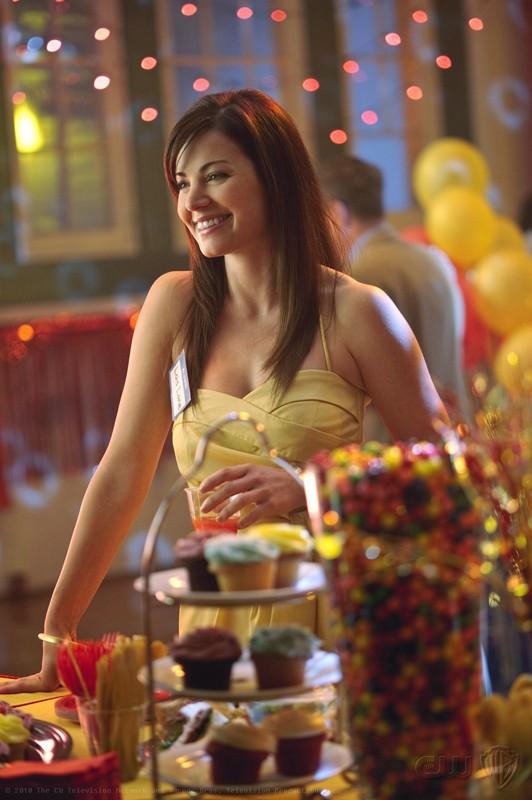Una sorridente Lois (Erica Durance) nell'episodio Homecoming di Smallville