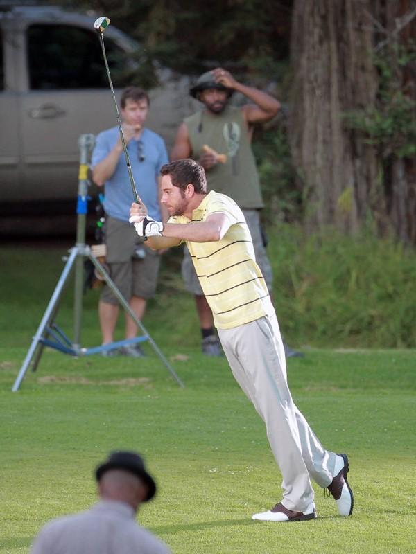Zachary Levi durante le prove di golf sul set di Chuck