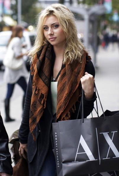 Alyson Michalka fa shopping presso l'Armani Exchange a Vancouver