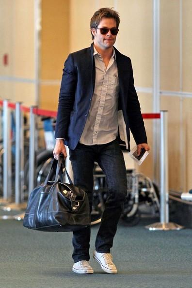 Chris Pine arriva nell'aeroporto internazionale di Vancouver
