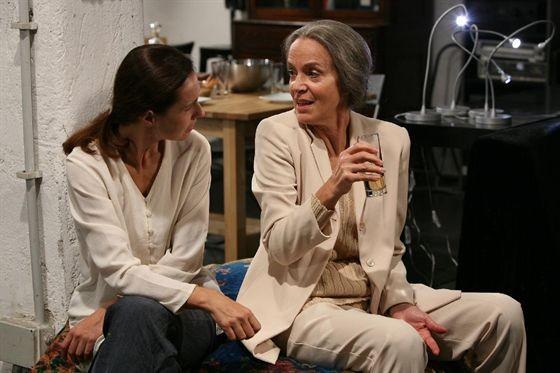 Consuelo Ciatti ne Le ombre rosse, del 2009, con Lucia Poli