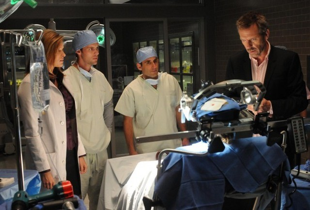 Hugh Laurie con il suo team nell'episodio Massage Therapy di Dr House: Medical Division