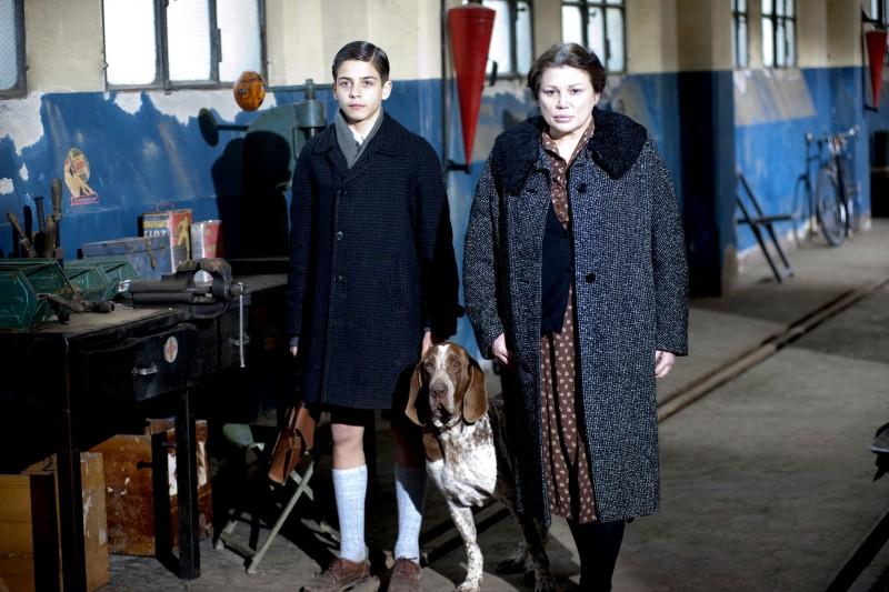 Serena Grandi e il piccolo Brian Fenzi in una scena del film Una sconfinata giovinezza