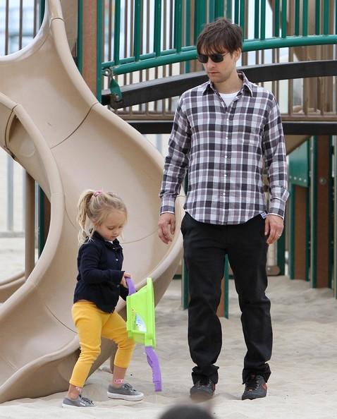 Tobey Maguire al parco con moglie e figli in Santa Monica