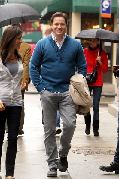 Brendan Fraser cammina sotto la pioggia nel distretto new yorkese di TriBeCa