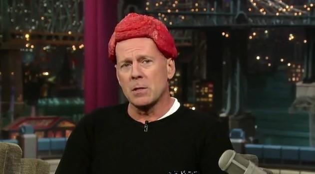 Bruce Willis con un parrucchino di carne cruda durante una puntata dello show di David Letterman