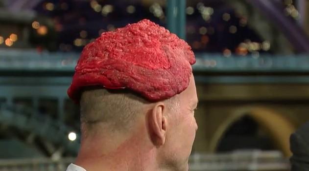 Bruce Willis con un parrucchino di carne durante una puntata dello show di David Letterman