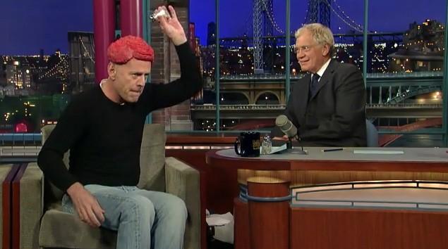 Bruce Willis condisce il suo parrucchino di carne cruda prima di farlo assaggiare a David Letterman