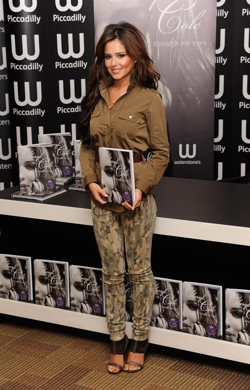 Cheryl Cole presenta il suo libro 'Through My Eyes' in una libreria londinese