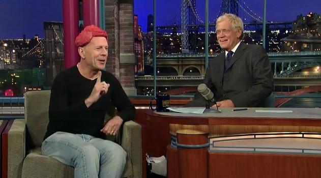 David Letterman osserva il parrucchino di carne di Bruce Willis durante una puntata del suo show.