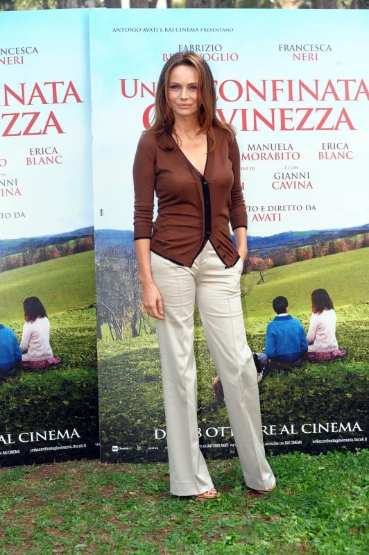 Francesca Neri presenta Una sconfinata giovinezza. Indossa un cardigan in cashmere color tabacco abbinato a pantaloni beige a vita bassa della Collezione Gucci Autunno-Inverno 2010-11.