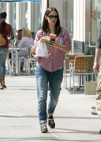Jennifer Garner acquista qualcosa da mangiare in un panificio di Santa Monica