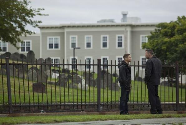 Jeremy Renner e Ben Affleck in una scena del film The Town