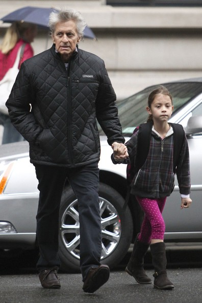 Michael Douglas con la figlia Carys sotto la pioggia, il 4 ottobre 2010