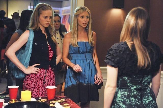 Carly Jones, Katrina Begin e Kay Panabaker nell'episodio No Ordinary Vigilante di No Ordinary Family