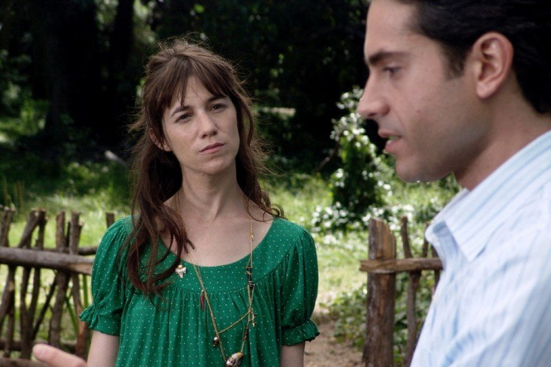Charlotte Gainsbourg e Omar Metwally in una scena del film The City of Your Final Destination