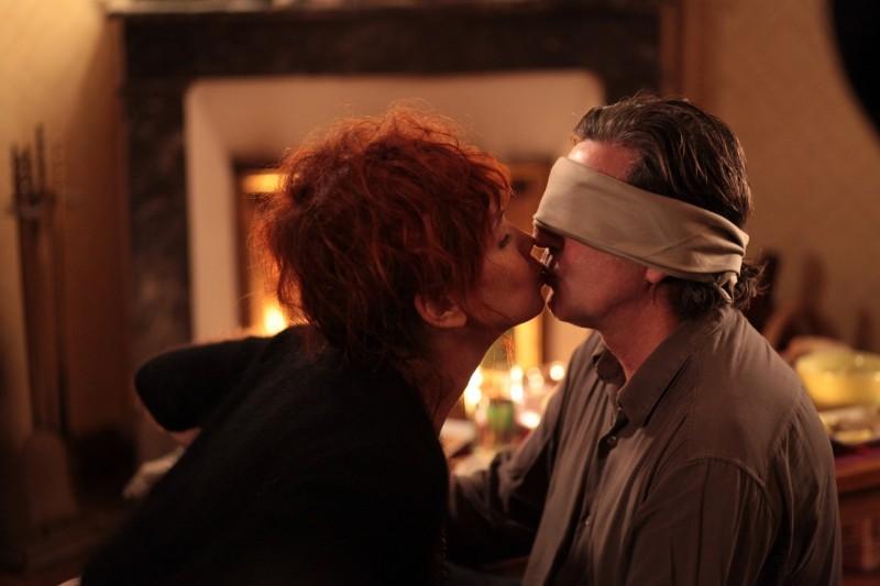 Daniel Auteuil e Sabine Azéma in una sequenza del film Donnant, Donnant