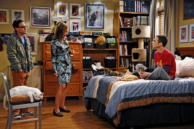 Johnny Galecki e Jim Parsons con Laurie Metcalf nell'episodio The Zazzy Substitution di The Big Bang Theory