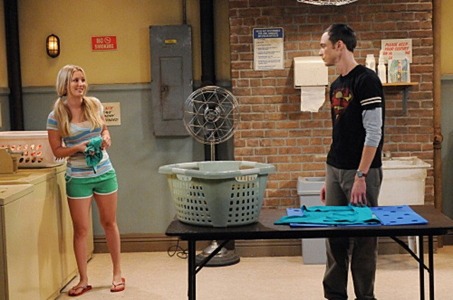Kaley Cuoco e Jim Parsons nell'episodio The Zazzy Substitution di The Big Bang Theory