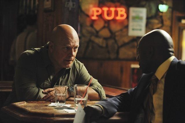 Michael Chiklis e Romany Malco nell'episodio No Ordinary Vigilante di No Ordinary Family