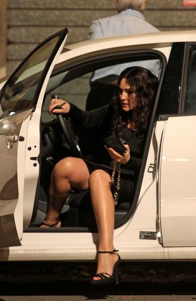 Monica Bellucci esce da un'auto sul set di Manuale d'Amore 3