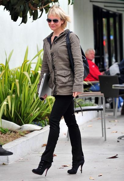 Renee Zellweger lascia Starbucks in una nuvolosa giornata a Santa Monica