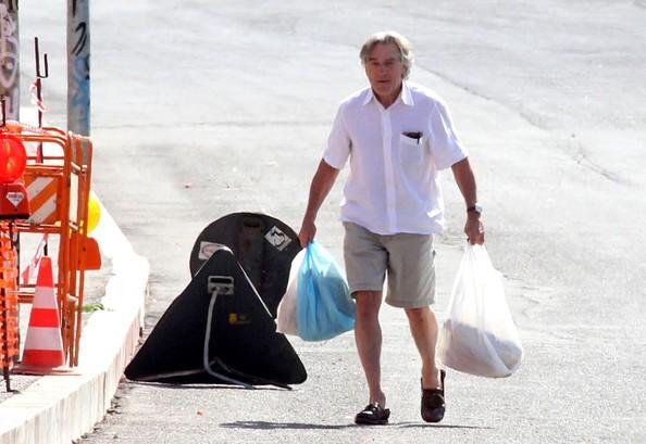 Robert De Niro alle prese con due sacchetti della spesa sul set di Manuale d'Amore 3