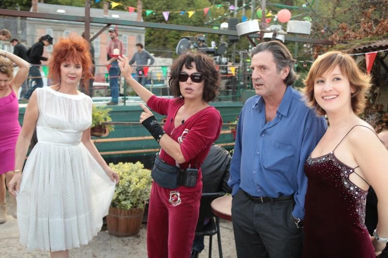 Sabine Azéma, Isabelle Mergault, Daniel Auteuil e Medeea Marinescu in una scena del film Donnant, Donnant