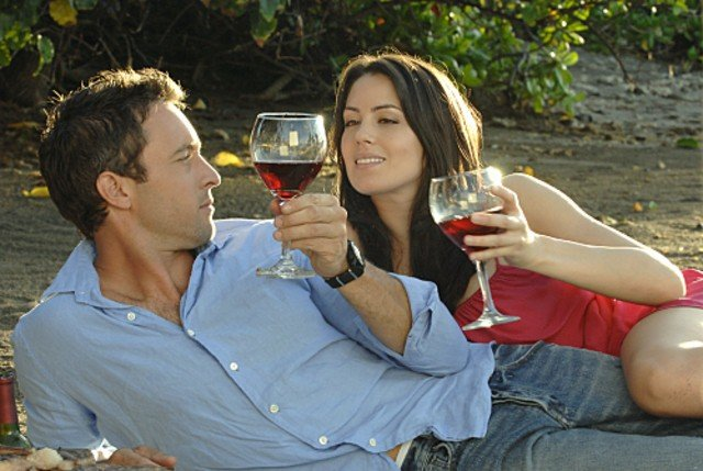 Alex O'Loughlin e Michelle Borth nell'episodio Nalowale di Hawaii Five-0