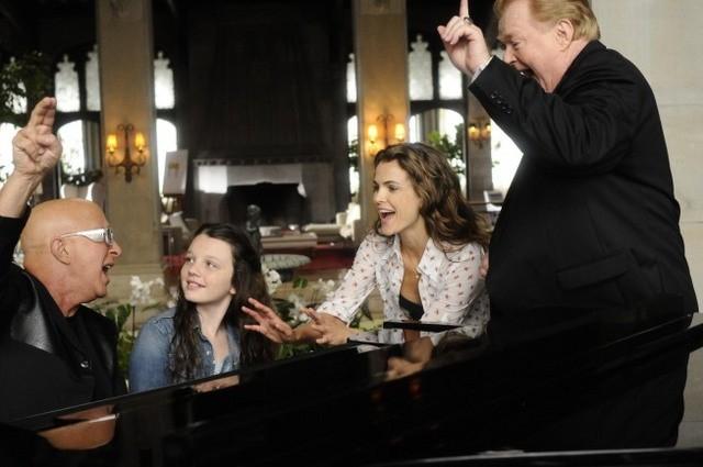 Will Arnett, Keri Russell e Stefania Owen nell'episodio Oil & Water di Running Wilde