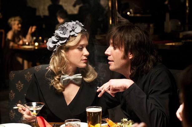 Chloë Sevigny e Rhys Ifans nel film Mr. Nice