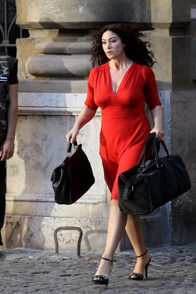 La Bellucci in abito rosso sul set di Manuale d'Amore 3