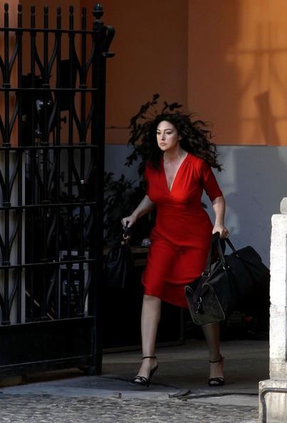 La Bellucci vestita di rosso sul set di Manuale d'Amore 3