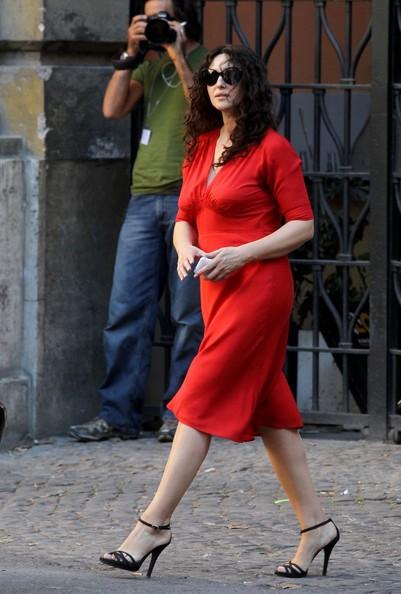 Monica Bellucci vestita di rosso sul set di Manuale d'Amore 3